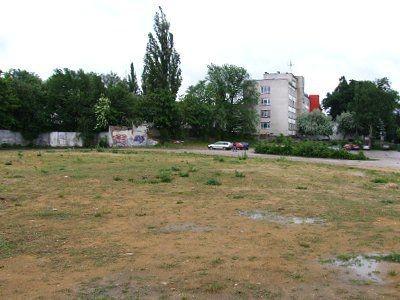 Niezagospodarowany plac przy ulicy Jeleniogórskiej służy kierowcom za parking