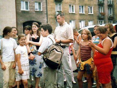 Andrzej Olejniczak (Muzeum Ceramiki) oprowadza dzieci po Bolesławcu
