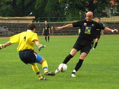 Paweł Rissmann w pojedynku z bramkarzem gości