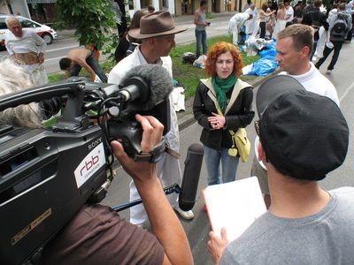 Organizatorzy Gliniady udzielają wywiadu telewizji RBB