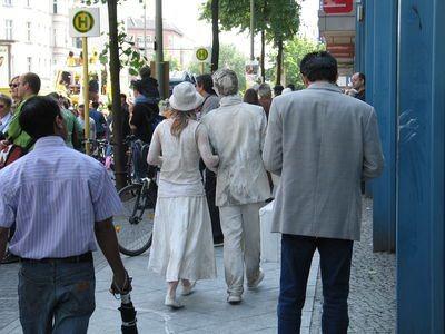 Przed paradą Glinoludy spacerowały po berlińskich chodnikach