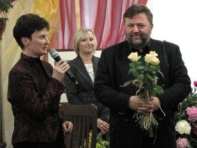 Sylwetkę autora wystawy przybliżyła Halina Majewska (pierwsza z lewej), dyrektorka Miejskiej Biblioteki Publicznej