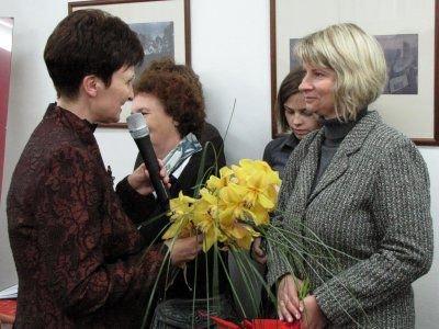 Halina Majewska pogratulowała Annie Bober-Tubaj, dyrektorce Muzeum Ceramiki, nagrody Sybilla 2008