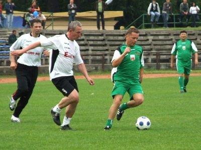 Zbigniew Mandziejewicz i Zbigniew Szewczyk walczą o piłkę