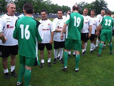 Przed meczem piłkarze obu drużyn przywitali się