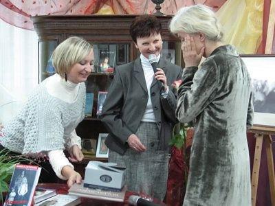 Manuela Gretkowska była zadowolona z otrzymanego prezentu, czyli bolesławieckiej ceramiki