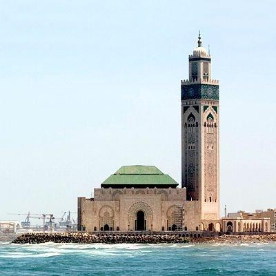 Na pierwszym planie meczet HassanaII, w oddali port Marszałka Lyauteya