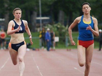 Katarzyna Romaszko (po lewej) zajęła drugie miejsce w biegu na 100 m
