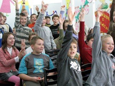 Najmłodsi chętnie brali udział w zabawach proponowanych przez Ewę Chotomską