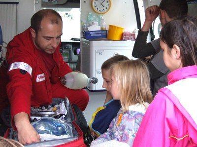 Dzieci interesowały się sprzętem, który jest na wyposażeniu karetki pogotowia