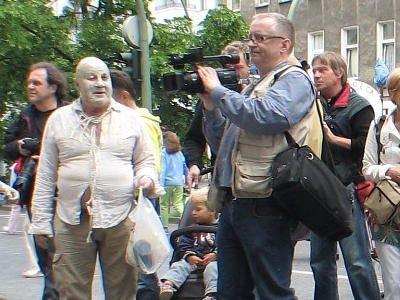 Jan Sumikowski towarzyszył Glinoludom z kamerą przez cały wyjazd