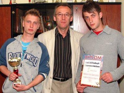 Od lewej: Tomasz Pawlik, dyrektor ZSHiU Wiesław Stefanik i Marcin Lelek