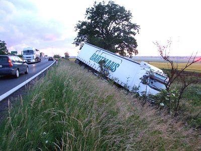 Kierowca ciężarówki miał szczęście, że nie uderzył w przydrożne drzewo