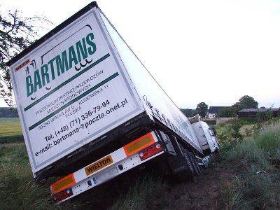 Ciężarówka zatrzymała się na przydrożnej skarpie