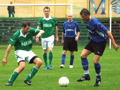 Tomasz Łojewski w walce o piłkę