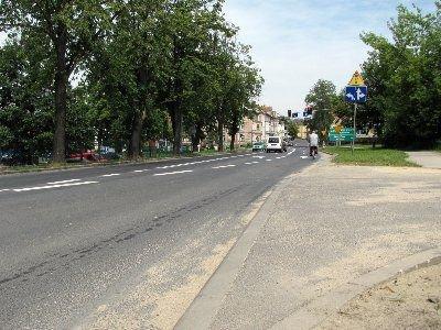 Ulica Jeleniogórska jest jednym z miejsc, gdzie piesi nagminnie przebiegają przez jezdnie, nie zważając na oznakowanie