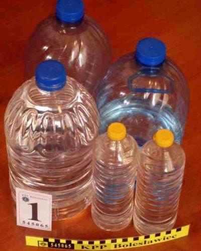 W jego mieszkaniu funkcjonariusze znaleźli 8 litrów spirytusu niewiadomego pochodzenia