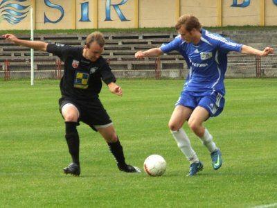 Mateusz Mucha walczy o piłkę
