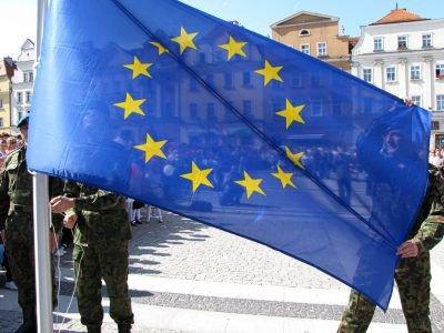 Flagę wciągnęli żołnierze 23 Śląskiej Brygady Artylerii