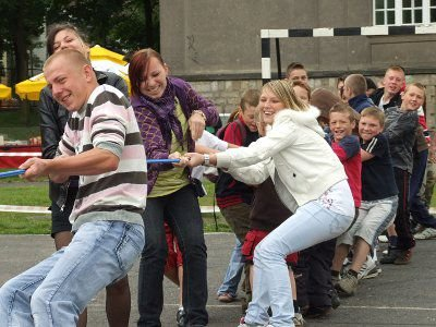Zawody w przeciąganiu liny wygrała drużyna publiczności