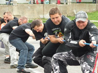 Organizatorzy sobotniej imprezy w czasie zawodów w przeciąganiu liny