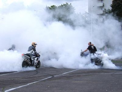 Dym z opon kilku motocykli przysłonił całe boisko