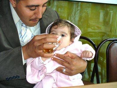 Aicha pije swoją pierwszą miętową herbatę