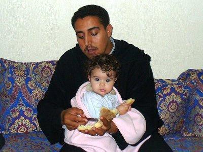 Tato i Aicha w Maroku jedzą tradycyjny domowy chleb