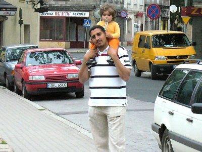 Tato z córką na spacerze po Bolesławcu