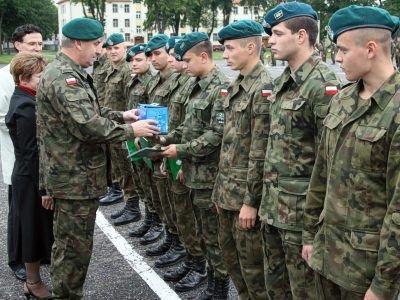 Żołnierzom, którzy osiągnęli najlepsze wyniki w szkoleniu i służbie, nagrody wręczył płk Roman Kłosiński, dowódca 23 BA