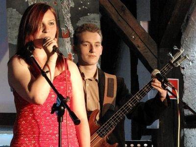 W dwóch piosenkach na basie zagrał Maciej Cierniak, jeden z uczestników środowego koncertu