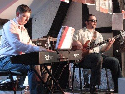 Wokalistom akompaniowali: Marek Łętowski (keyboard) i Marcin Sarkowicz (gitara basowa)
