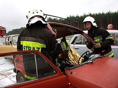 Aby wydobyć uwięzioną osobę strażacy musieli odciąć dach auta