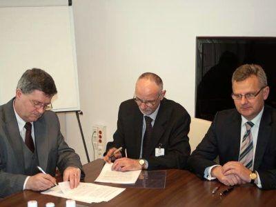 Umowę podpisali: minister Skarbu Państwa Aleksander Grad (pierwszy z prawej), wiceprezydent Bolesławca Wiesław Ogrodnik (pierwszy z lewej) i sekretarz Gminy Wiejskiej Bolesławiec Andrzej Dutkowski