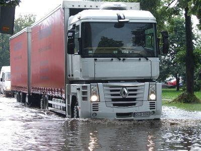 Z pokonywaniem zalanych ulic najlepiej radzili sobie kierowcy ciężarówek