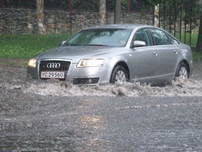 Niektórym kierowcom udawało się przejeżdżać przez zalane ulice