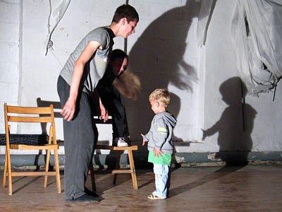 Gdy na scenę przypadkowo weszło dziecko, aktorzy zareagowali natychmiast na tę sytuację