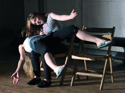 """""""Ławeczka"""" jest jednym z ćwiczeń uczących improwizacji"""