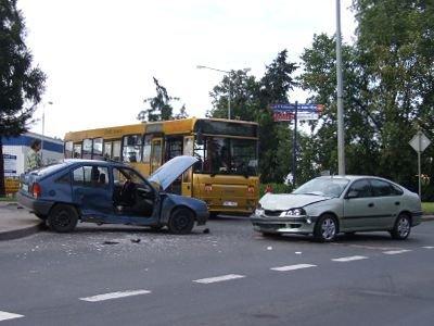 W kolizji uczestniczyły 3 auta: Toyota Avensis, Opel Kadet i Renault Megane