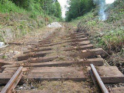 Uszkodzone tory na trasie Jelenia Góra Wleń