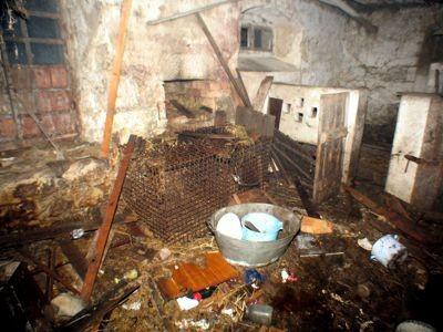 Śmieci w pomieszczeniu gospodarczym opuszczonego domu paliły się w dwóch miejscach