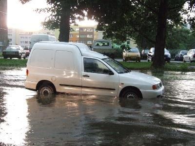 Wiele samochodów utknęło na zalanych ulicach