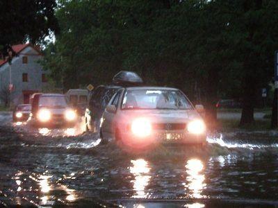 Większość kierowców pokonała zalaną ulicę Spółdzielczą