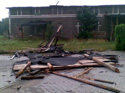 Zerwany dach w Dąbrowie