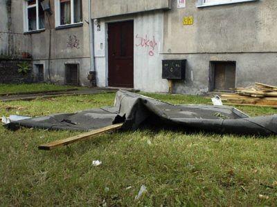 Na ul. Chrobrego nawałnica zerwała papę i deski z dachu