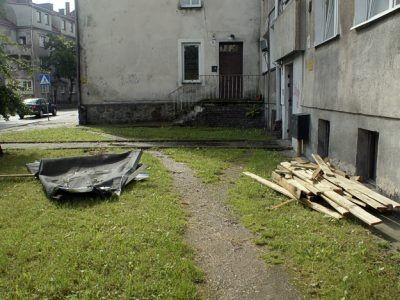 """""""Ciekawe, kto pokryje koszty naprawy nowego dachu. Znowu właściciele mieszkań?"""" pyta w mailu do redakcji Czytelnik"""