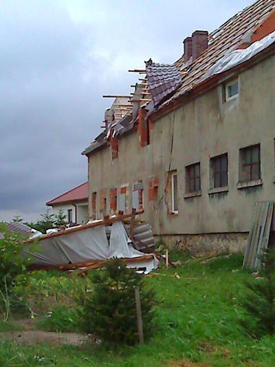 Rozwalony dach po przejściu nawałnicy
