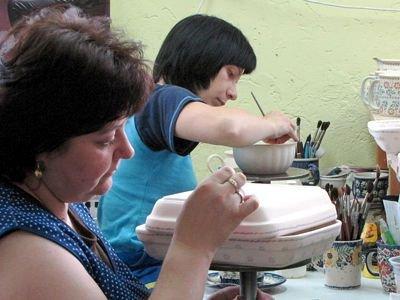 Ceramika produkowana w bolesławieckich zakładach jest ręcznie zdobiona