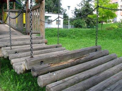 Niektóre elementy placu zabaw przy ulicy Łukasiewicza wymagają wymiany