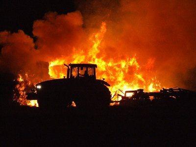 Wokół płonącego stogu została zaorana ziemia